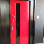 【LLUCE】の玄関。赤い扉が目印です。