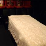 ふわふわのタオルケットを敷いたベッドに横になっていただき施術をうけていただきます。
