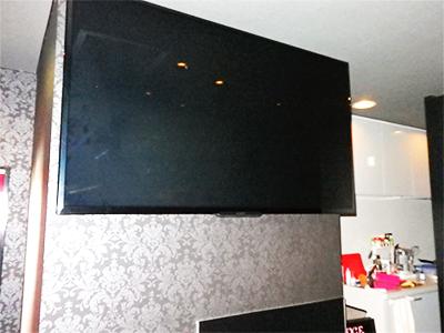 YOSAの間は65インチのテレビを見たり、オーナーとおしゃべりをしたり、お客様がくつろげる方法でお過ごしいただけます。